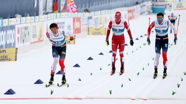 Йохеннас Клебо, Александр Большунов и Эмиль Иверсен на финише. Фото Reuters