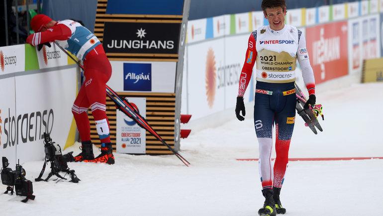 Александр Большунов (назаднем фоне) иЙоханнес Клебо. Фото Reuters