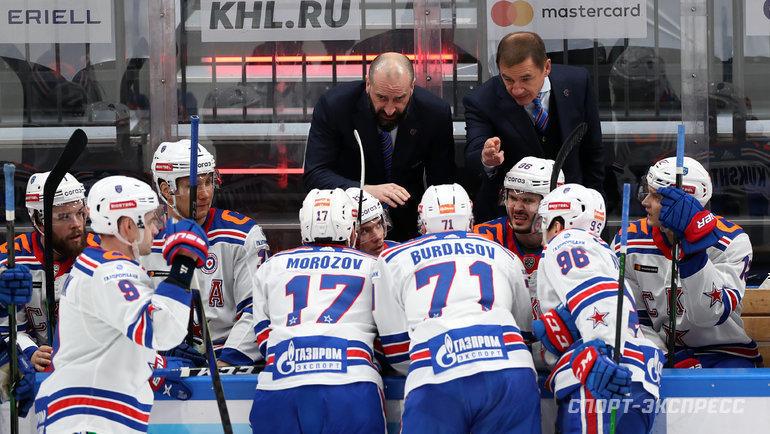 Валерий Брагин иАндрей Козырев дают установку хоккеистам СКА. Фото Александр Федоров, «СЭ» / Canon EOS-1D X Mark II