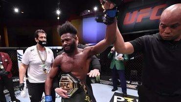 Стерлинг устроил фотосессию споясом чемпиона UFC