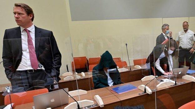 Обвиняемый, личность которого не раскрывается, на суде по делу Марка Шмидта. Фото AFP