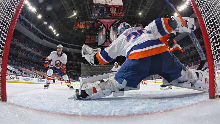 Илья Сорокин спасает ворота вматче с «Филадельфией». Фото nhl.com