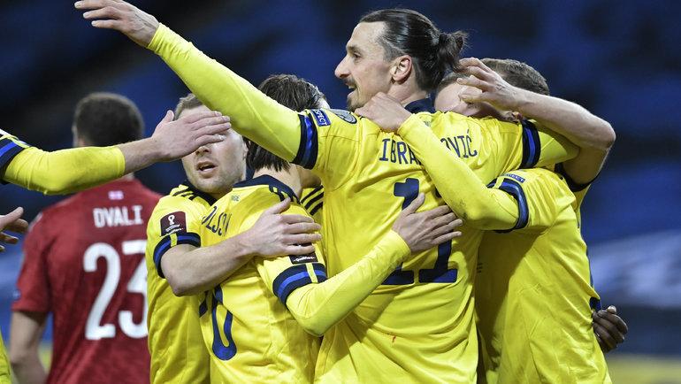 25марта. Стокгольм. Швеция— Грузия— 1:0. Златан Ибрагимович поздравляет Виктора Классона сзабитым голом. Фото Reuters