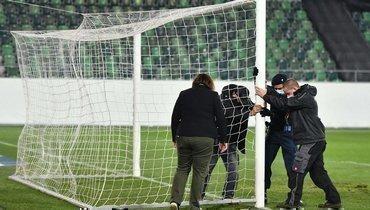 Начало матча между сборными Швейцарии иЛитвы задержали из-за проблем своротами