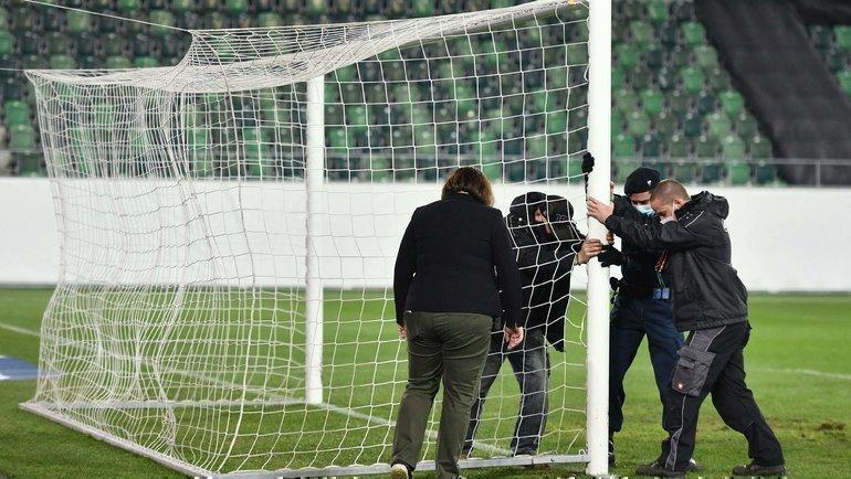 Замена ворот перед матчем Швейцария— Латвия. Фото Reuters