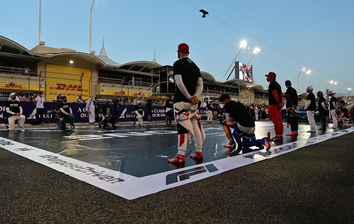 Коленопреклонение в «Формуле-1». Как это выглядит вновом сезоне икогда закончится?