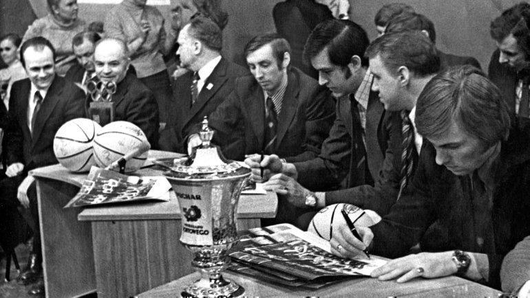 Середина 70-х. Владимир Арзамасков (напереднем плане) наавтограф-сессии. Фото Книга «Петрович Первый иего гренадеры»