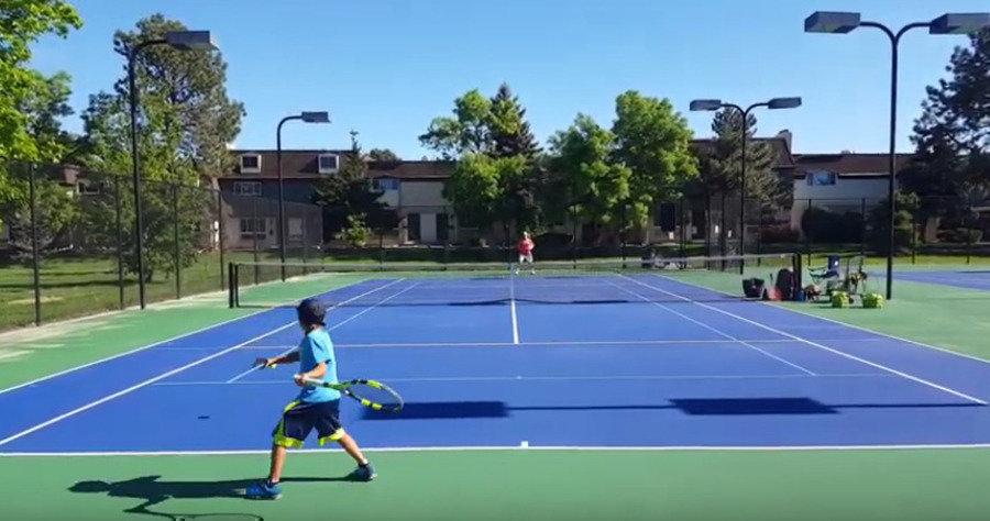 12-летний теннисист бьет илевой, иправой рукой, взрывая соцсети. Это будущий суперчемпион?