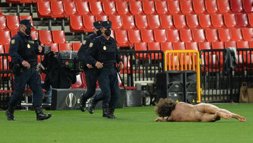 Вовремя матча «Гранада»— «Манчестер Юнайтед» наполе выбежал обнаженный мужчина