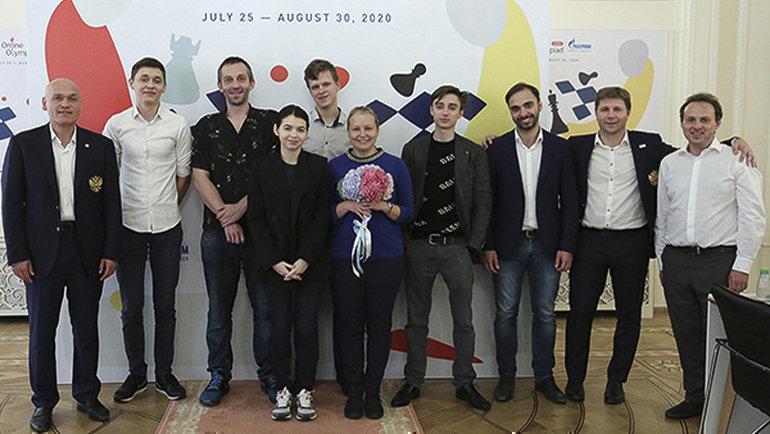 Президент ФШР Андрей Филатов (слева) сучастниками первой Всемирной онлайн-олимпиады ФИДЕ. Фото Этери Кублашвили