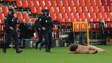 Всети появилось видео забега голого мужчины вовремя матча «Гранада»— «Манчестер Юнайтед»