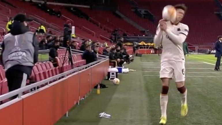 Болбой из «Аякса» бросил мячом влицо игроку «Ромы». Фото Twitter