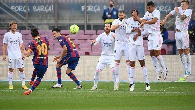 Лионель Месси исполняет штрафной удар вворота «Реала». Фото AFP