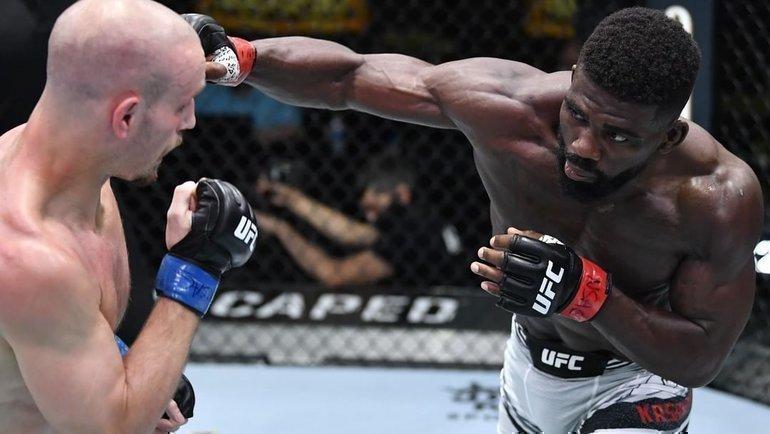 Саша Палатников уступил американцу Импе Касанганаю. Фото UFC