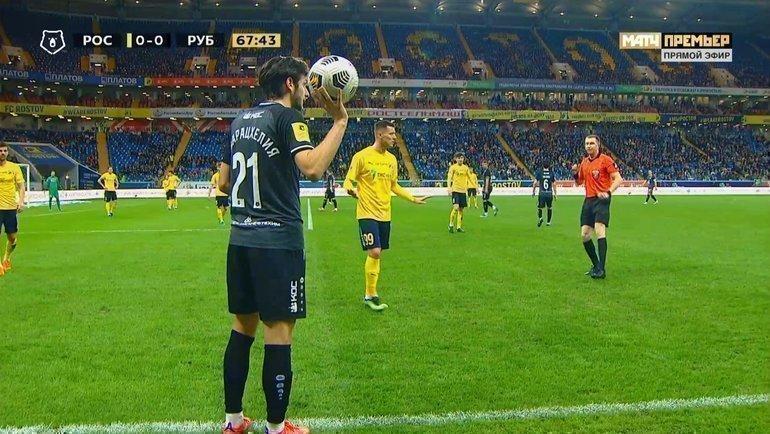 Хвича Кварацхелия собирается ввести мяч изаута.