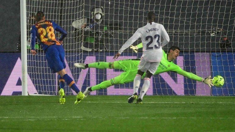 10апреля. «Реал»— «Барселона». Оскар Мингеса поражает ворота мадридцев. Фото Reuters