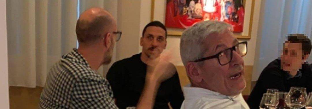 Златан Ибрагимович за столом в ресторане в Милане. Фото Fanpage.it.