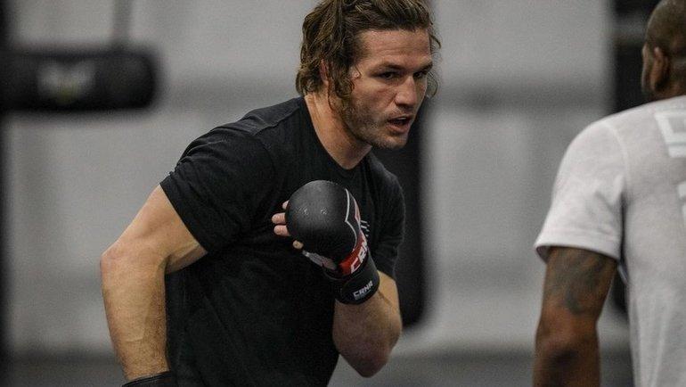Бомж угнал машину бойца UFC, апотом напал нанего сотверткой. Пришлось драться