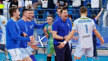 Константин Брянский празднует успех вместе скомандой. Фото ВК «Динамо»
