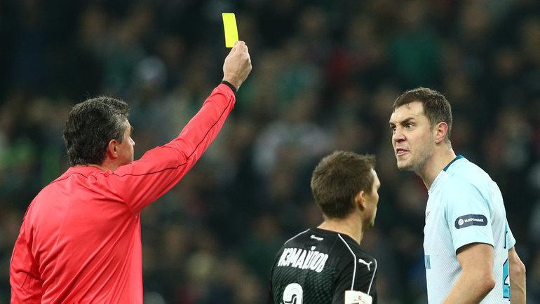 Алексей Николаев показывает Артему Дзюбе желтую карточку. Фото Виталий Тимкив