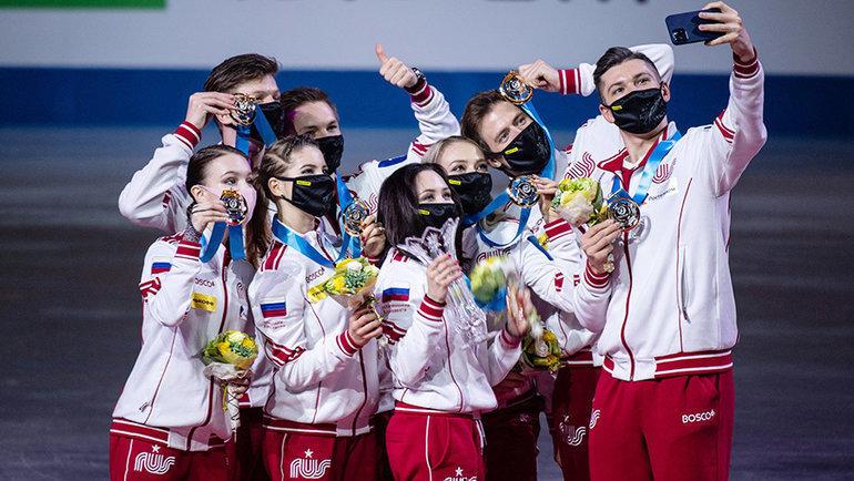 Российские фигуристы вовремя награждения. Фото AFP