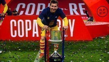 Футболисты «Барселоны» стояли вочереди, чтобы сделать фото сМесси икубком