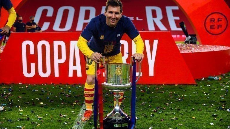 Лионель Месси строфеем. Фото ФК «Барселона».