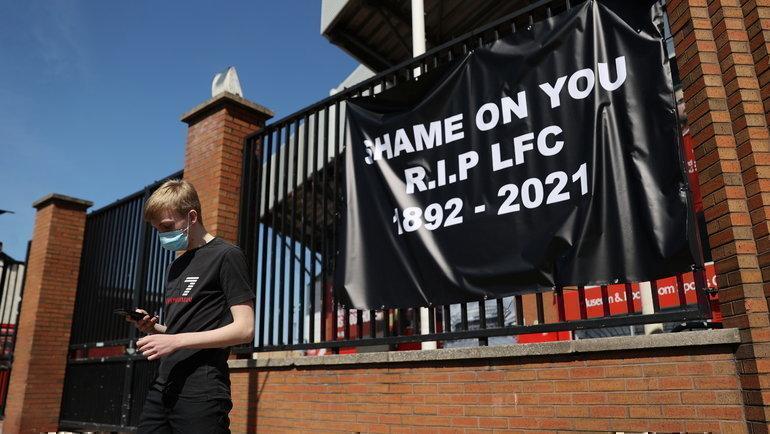 Фанаты «Ливерпуля» устроили акцию у «Энфилда» против создания Суперлиги. Фото Reuters