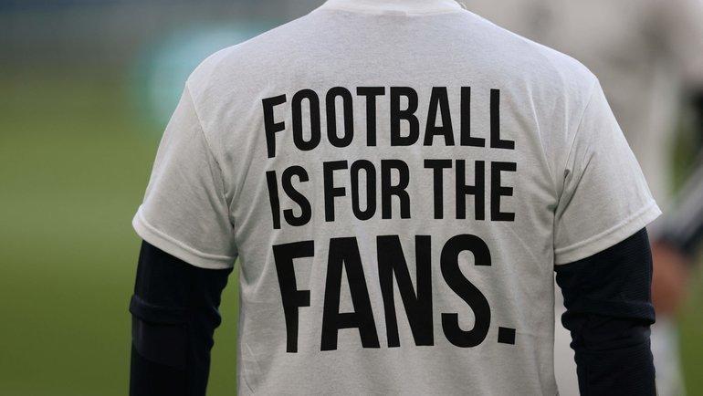 Футболист «Лидса» перед матчем с «Ливерпулем» вспециальной футболке против создания Суперлиги. Фото AFP