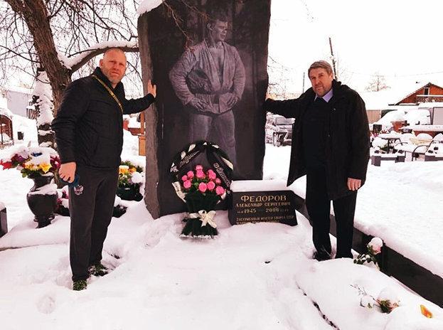 Сергей Харитонов иНиколай Зуев (справа) намогиле Александра Федорова.