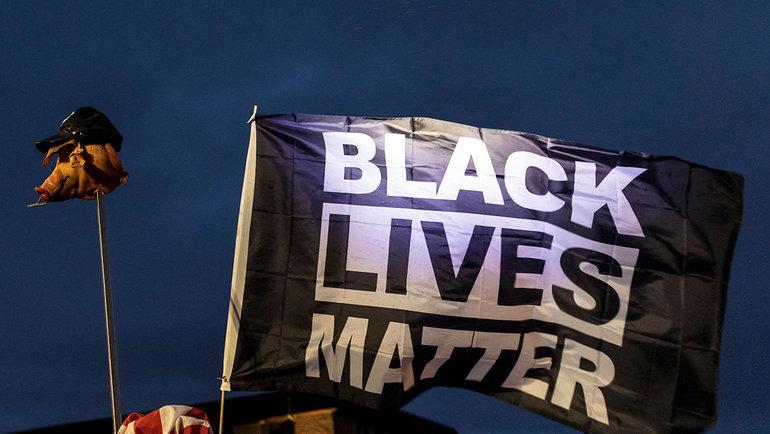 Флаг Black Lives Matter наакции протеста. Фото AFP
