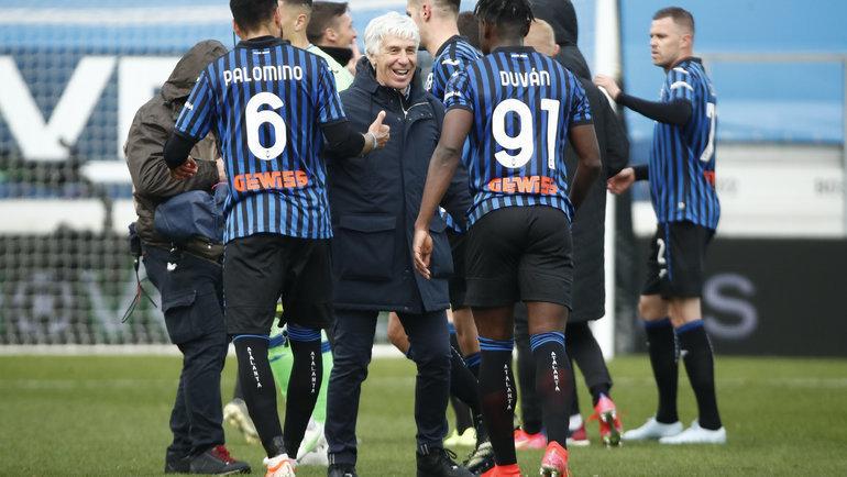 Футболисты «Наполи» иДжан Пьеро Гасперини. Фото Reuters