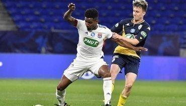 21апреля. Лион. «Лион»— «Монако»— 0:2. Александр Головин борется замяч сТиаго Мендесом.