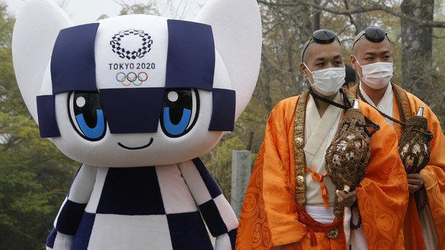Талисман Олмпийских игр вТокио ибуддийские монахи. Фото Reuters