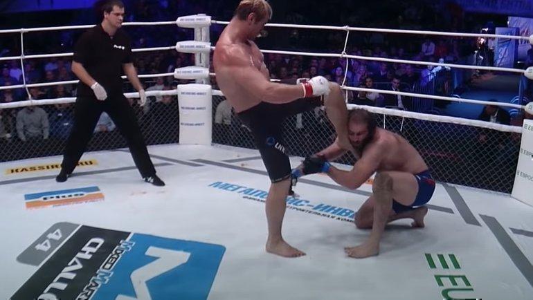 Удар Константина Глухова против Михаила Газаева.