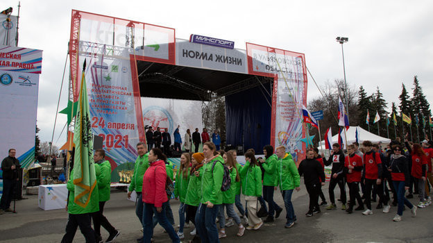 Участники легкоатлетической эстафеты. Фото Пресс служба проекта «Спорт — норма жизни».