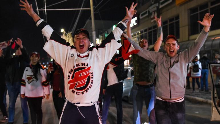 Счастливые омские болельщики. Фото ХК «Авангард»