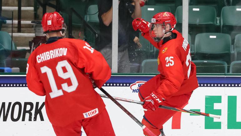 Нападающий юниорской сборной России Данила Юров празднует заброшенную шайбу. Фото IIHF