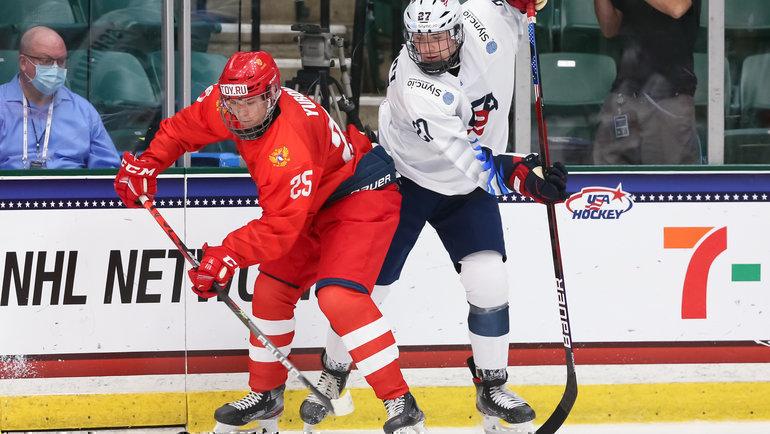 Нападающий юниорской сборной России Данила Юров (слева). Фото IIHF