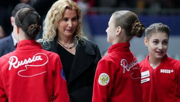 Кадр чемпионата Европы-2020: Этери Тутберидзе (вторая слева) иеефигуристки Анна Щербакова, Александра Трусова иАлена Косторная (слева направо).
