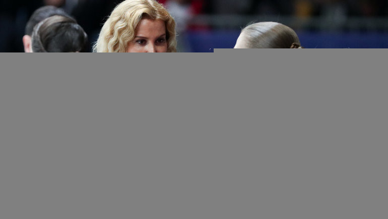 Кадр чемпионата Европы-2020: Этери Тутберидзе (вторая слева) иеефигуристки Анна Щербакова, Александра Трусова иАлена Косторная (слева направо). Фото Дарья Исаева, «СЭ» / Canon EOS-1D X Mark II