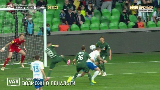 Мяч попадает вруку Стоцкого.