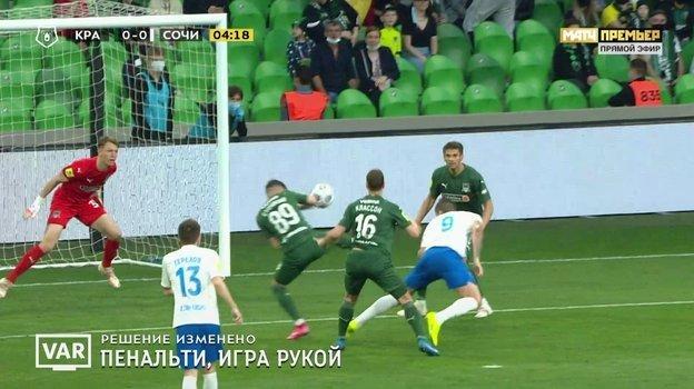 Мяч попадает в руку Стоцкого.