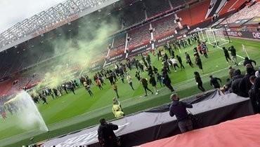 Фанаты «Манчестер Юнайтед» прорвались на поле «Олд Траффорд» за несколько часов до матча против «Ливерпуля»