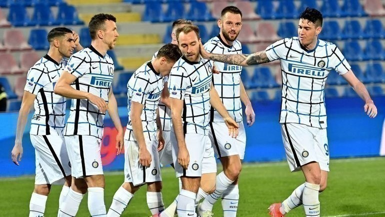 1мая. Кротоне. «Кротоне»— «Интер»— 0:2. 69-я минута. Гости празднуют первый гол. Фото AFP