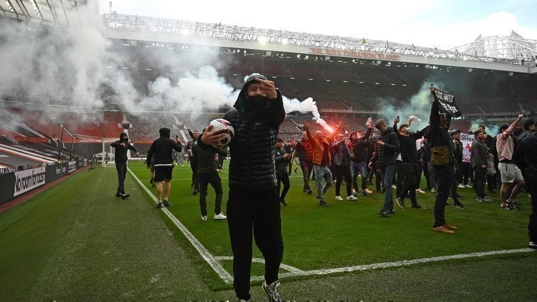 2мая. Манчестер. «Манчестер Юнайтед»— «Ливерпуль». Болельщики «МЮ» настадионе «Олд Траффорд». Фото AFP