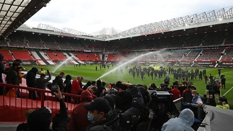Болельщики «МЮ» иполиция настадионе «Олд Траффорд». Фото AFP