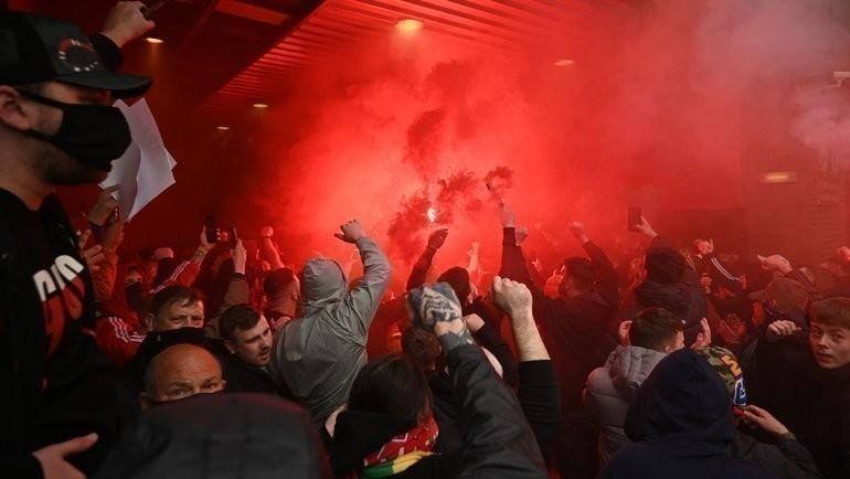 Болельщики «Манчестер Юнайтед» сорвали матч с «Ливерпулем». Фото AFP