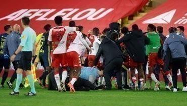 Игроки «Монако» и «Лиона» устроили потасовку после матча. Арбитр показал пять красных карточек
