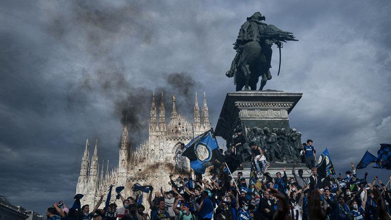 2мая. Милан. Болельщики «Интера» празднуют чемпионство. Фото AFP
